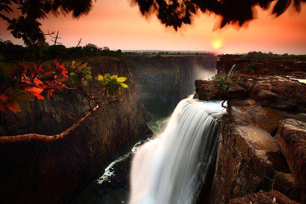 Виктория — водопад на реке Замбези в Южной Африке. Расположен на границе Замбии и Зимбабве (604x403, 50Kb)