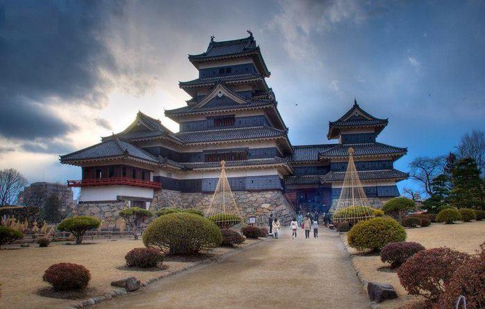 Замок Мацумото - один из самых красивых классических замков Японии. Главная башня замка и вторая меньшая башня были построены в период с 1592 по 1614 год. (700x444, 57Kb)