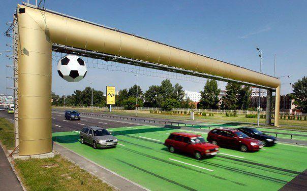 Огромную копию ворот, в которые летит мяч, возвели над шоссе в Киеве в честь Чемпионата Европы по футболу 2012 (604x377, 51Kb)