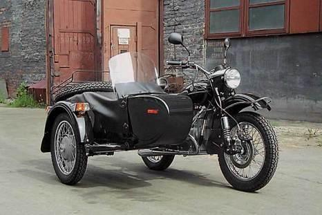 """Мотоцикл  """"Урал """", послуживший прообразом памятнику."""