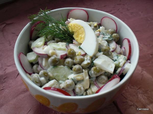 Салат с редисом яйцом и горошком