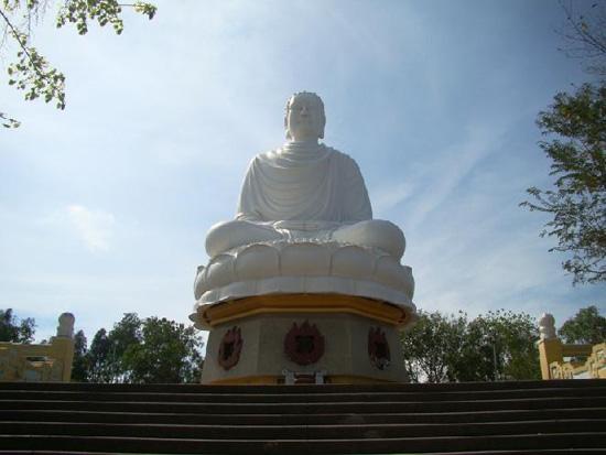 Пагода Лонгшон, где живут монахи (550x413, 89Kb)