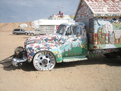 salvation-mountain-04 (500x375, 166Kb)
