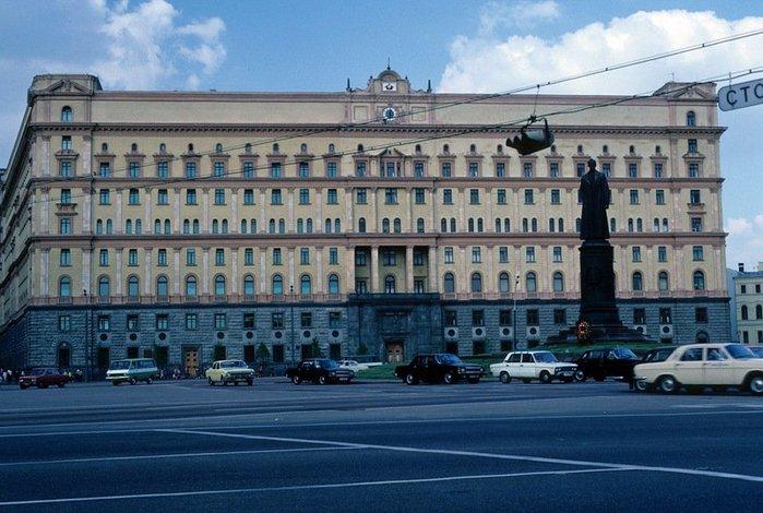 В Москве на пл. Дзержинского (700x470, 83Kb)