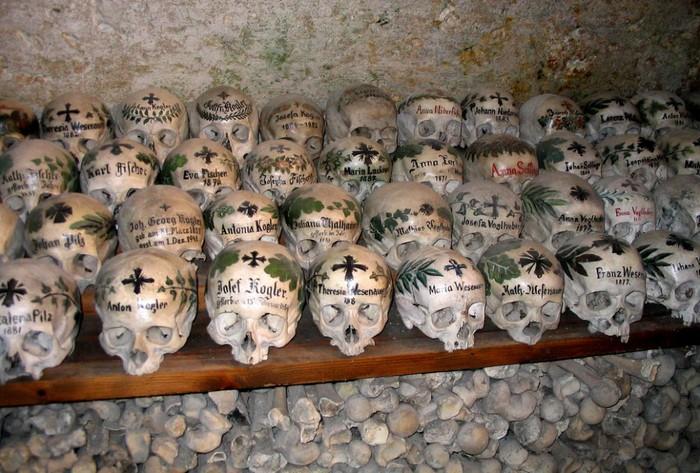 гальштат склепы с черепами 2 (700x473, 124Kb)