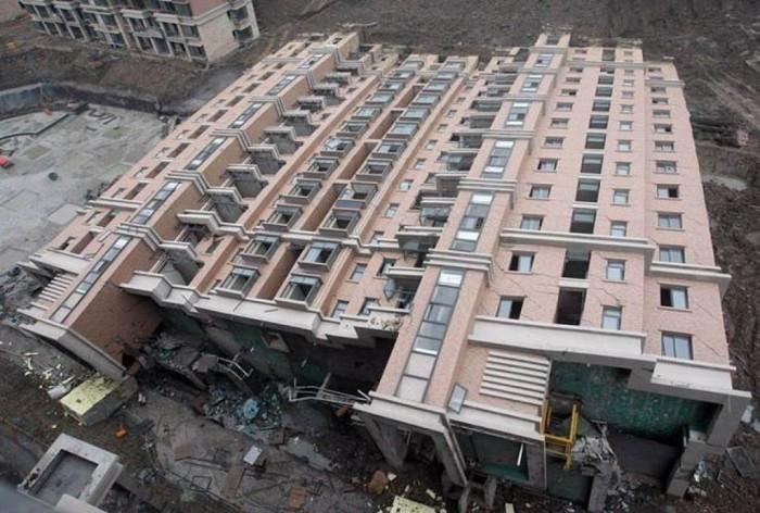 упавший дом китай 1 (700x472, 109Kb)