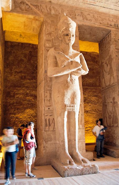 Abu_Simbel__Ramesses_Temple__corridor_statue__Egypt__Oct_2004 (452x700, 143Kb)