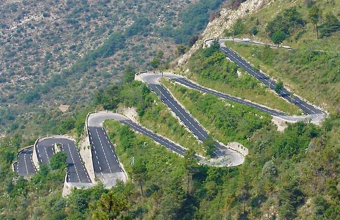 На высоте 1607 метров над уровнем моря во французских Альпах расположена дорога Коль де Турини. (694x449, 114Kb)