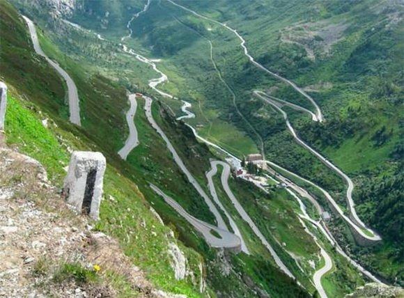 Перевал Гримсел – швейцарский перевал, максимальная высота которого 2165 метров. Эту дорогу построили в 1890-х годах. Она проложена среди удивительно красивых пейзажей. (580x428, 72Kb)