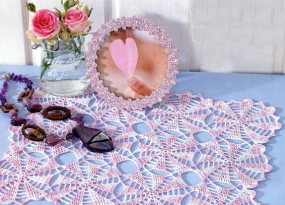 Салфетка из мотивов (размер 25х32 см). бело-розовая хлопчатобумажная пряжа (280 м/50 г), - крючок 1,5. Вам понадобится.