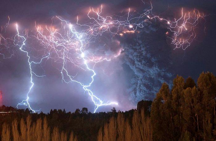 Молнии во время извержения вулкана Cordon Caulle (700x456, 340Kb)
