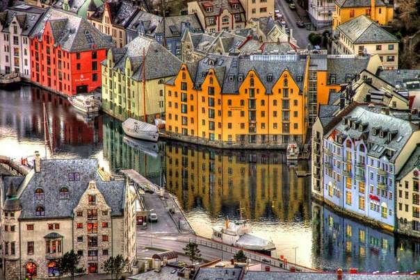 Олесунн или Алесунд- город на западном побережье Норвегии. (604x403, 338Kb)