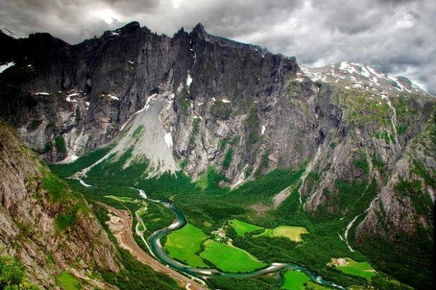 Стена Троллей — самая высокая каменная стена в Европе высотой 1100 метров, является частью горного массива Тролтинден в долине Рамсдаль, Норвегии (620x413, 325Kb)