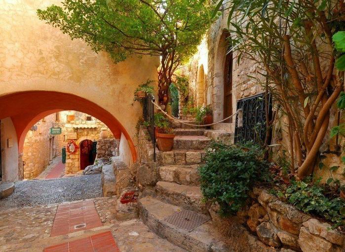 Улочки деревушки Эз, расположенной в горах недалеко от Ниццы по дороге в Монако (700x510, 525Kb)