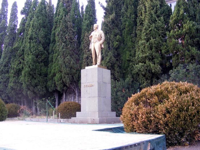 Алупка памятник ленину165 (700x525, 597Kb)