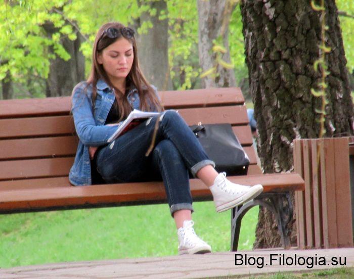 Читающая девушка на лавочке в парке (700x552, 62Kb)