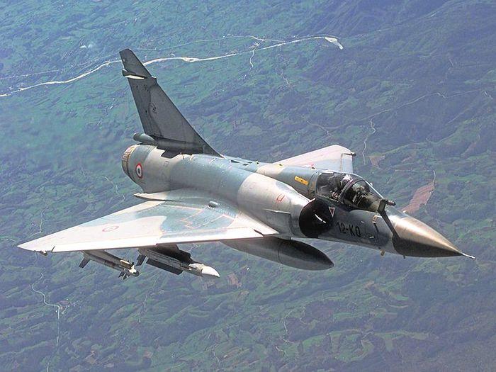 Mirage_2000C_in-flight Скорость до 2.530 км-ч, макс.взлетный вес 17 т, потолок 17.100м, вооружение 2 пушки (30-мм), до 6,3 т боевой нагрузки, включая УР (700x525, 67Kb)