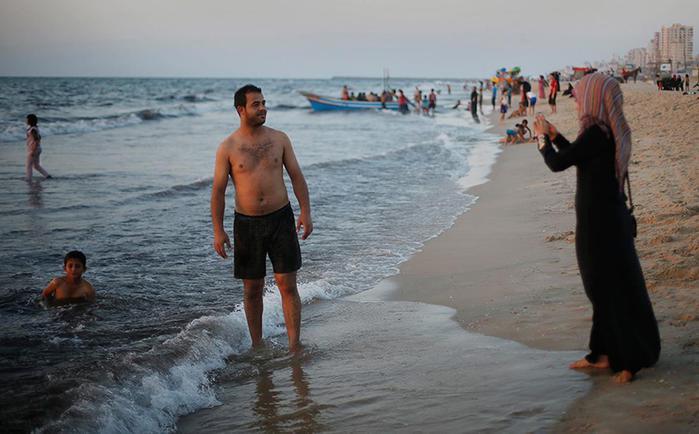 Как в секторе Газа купаются на фоне руин