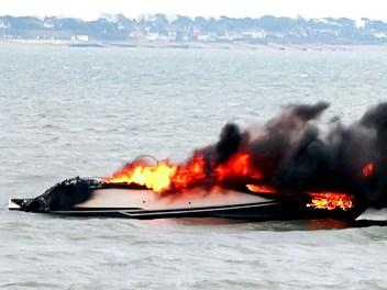 VIP-яхта сгорела (352x264, 23Kb)
