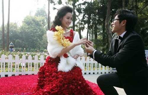 Свадебное платье из 9999 алых роз 83492