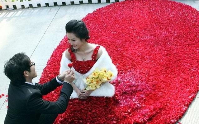 Свадебное платье из 9999 алых роз 55809