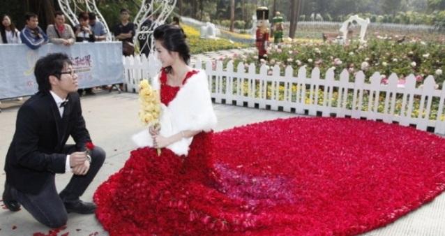 Свадебное платье из 9999 алых роз 69537