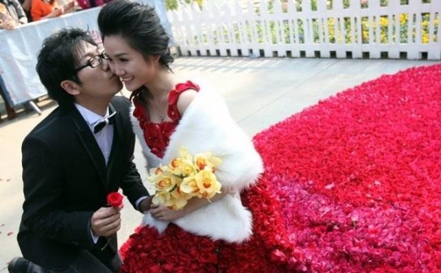Свадебное платье из 9999 алых роз 39824