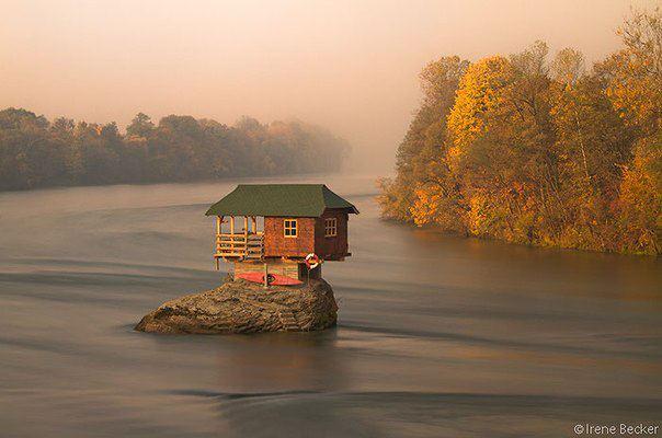 Вот так живёт некий сербский оригинал, прямо посередине реки Дрина, близ города Байина-Башта (604x400, 36Kb)