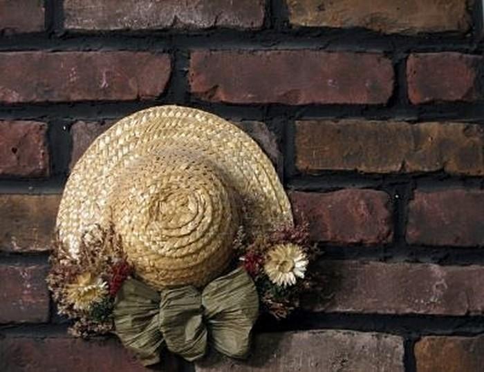 Настенный декор интерьера с помощью шляп 15 (700x539, 90Kb)
