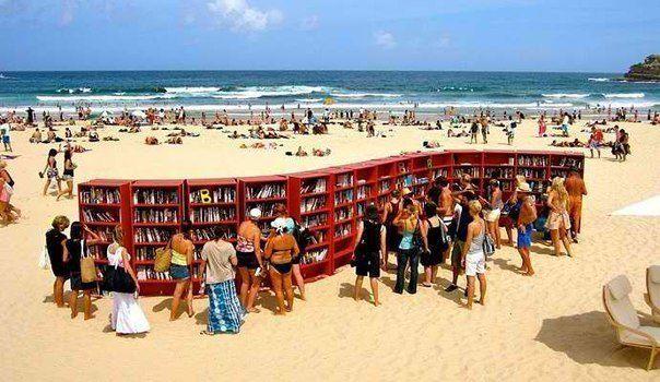 Пляжная библиотека в Италии (604x350, 55Kb)