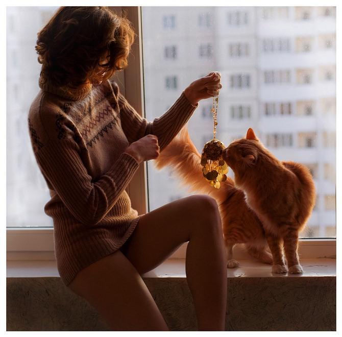 Обнаженная рыжая тетка играет с котом  184868