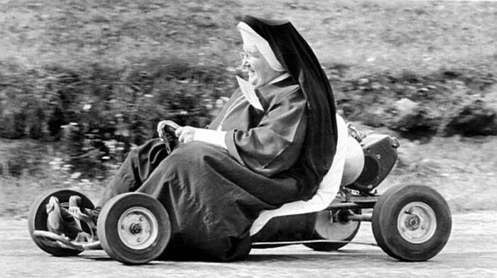веселая монашка фото 1 (700x392, 177Kb)