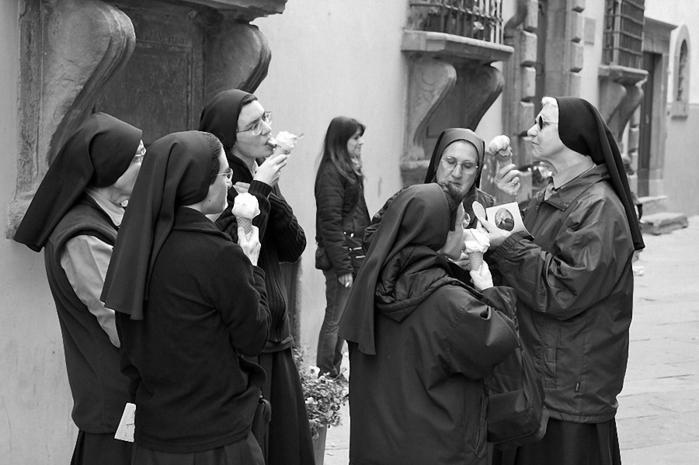 веселая монашка фото 7 (700x465, 183Kb)