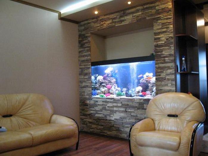Искусственный камень в интерьере гостиной с аквариумом фото