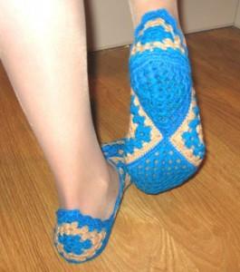 Носки крючком из квадратов.  Видео.  Каким образом и каким стилем только не вяжут носки.  И спицами , и крючком, и...