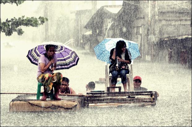 Наводнение на Филиппинах. Фотографии затопленной столицы Манилы 01 (620x411, 58Kb)
