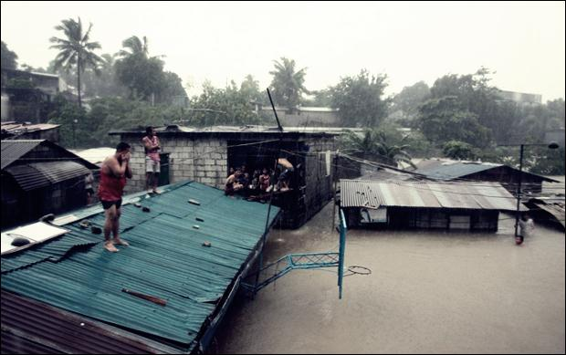 Наводнение на Филиппинах. Фотографии затопленной столицы Манилы 07 (620x389, 41Kb)