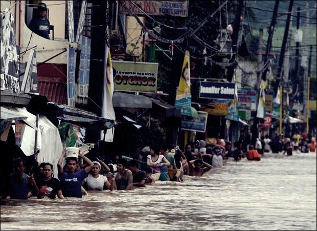 Наводнение на Филиппинах. Фотографии затопленной столицы Манилы 11 (620x451, 64Kb)