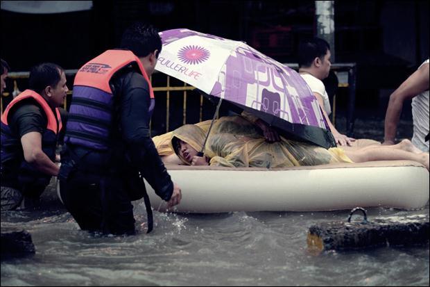 Наводнение на Филиппинах. Фотографии затопленной столицы Манилы 15 (620x413, 39Kb)