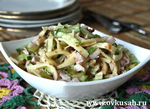 салат с копченой курицей и блинами рецепт с фото