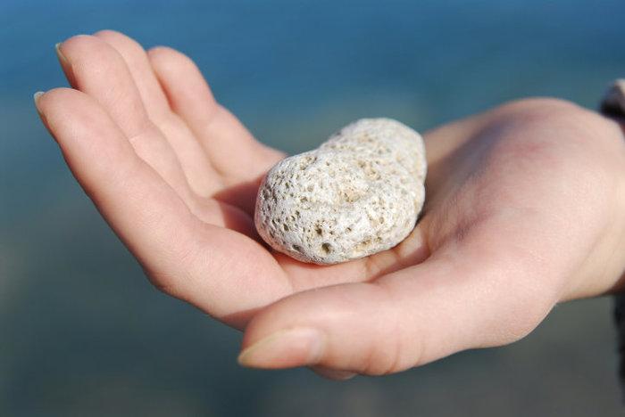 Камень в руке рисунок