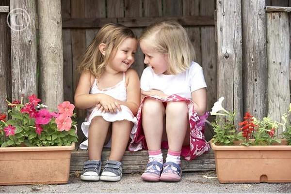 смешные истории про детей/4552399_dve_devochki_ograbili_amerikanskii_bank (600x401, 82Kb)