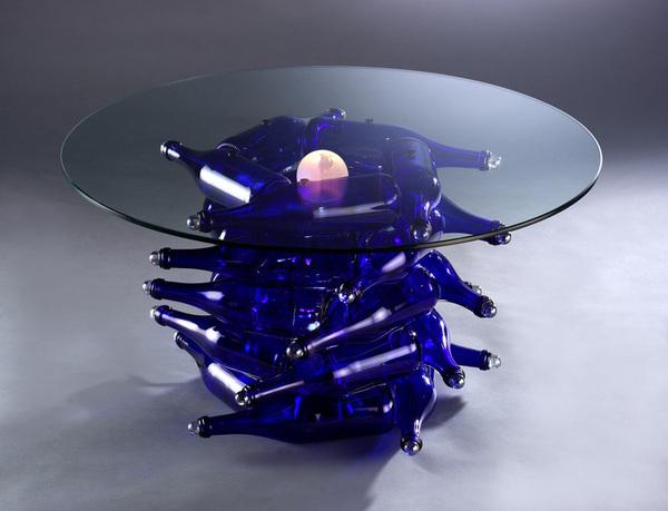 Стол из стеклянных бутылок