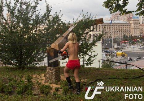 1345201970_Aktivistki_Femen_benzopiloy_spilili_krest_na_Maydanev_Kieve___0589adc292703fd66433f63816be618e4de1f5a5 (465x328, 55Kb)