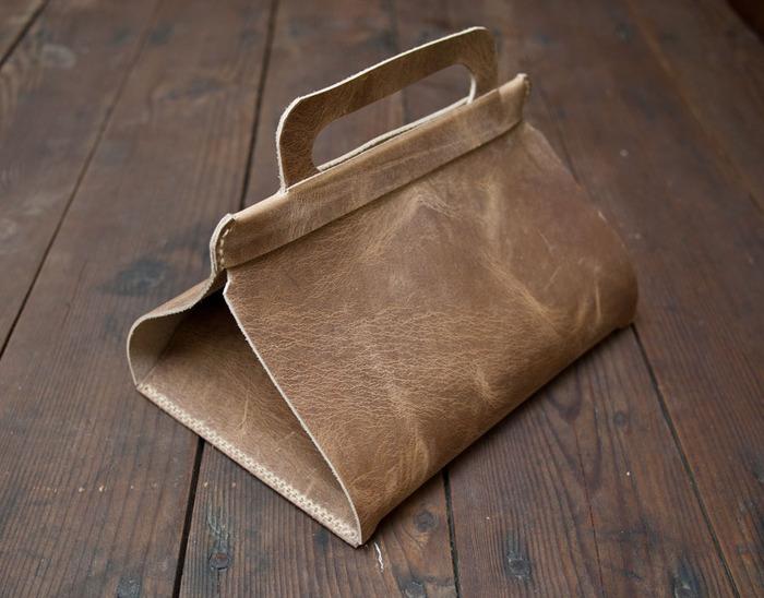 Можно использовать для хранения второго завтрака, косметики или других вещей.  Мэтта.  Интересная идея кожаной сумки...