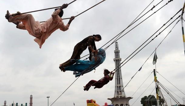 Последний день религиозного праздника Ид аль-Фитр в Лахоре, 22 августа 2012 года.