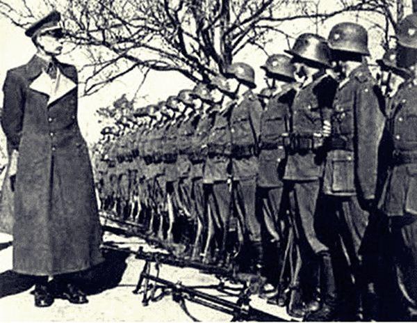 Власов перед строем солдат РОА, 1943год.