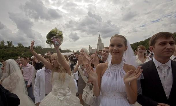 Парад невест на Воробьвых горах, Москва, 25 августа 2012 года