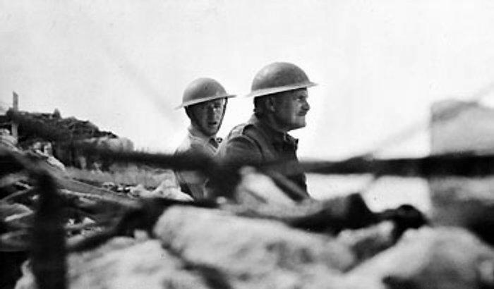 973595_lieutenant_general_freyberg_gazes_over_the_parapet (700x410, 30Kb)