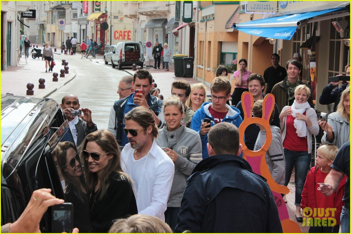 brad-pitt-angelina-jolie-le-touquet-with-the-kids-01 (700x468, 113Kb)